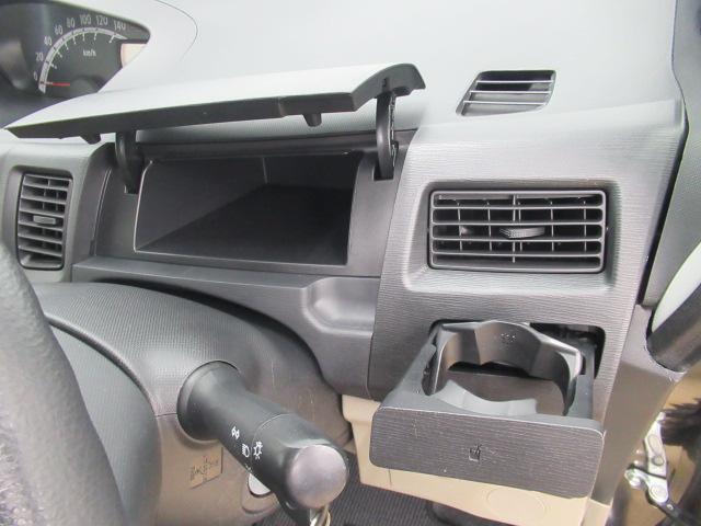 運転席の周りに収納スペースが充実☆