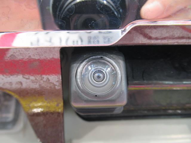 バックカメラはバックドアのナンバー上にあります。