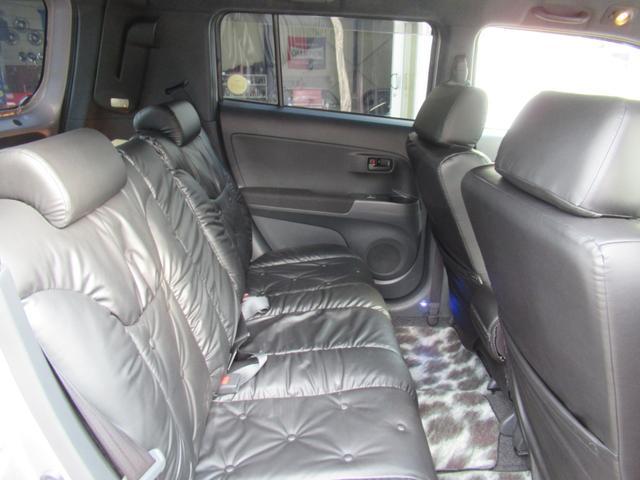 オプションパーツ多数!土足厳禁、禁煙、ワンオーナーで大変綺麗な状態です。シートカバーも新車時のものです。外装も傷ヘコミ無く綺麗ですので、状態の良い4WDのbBをお探しの方は必見!