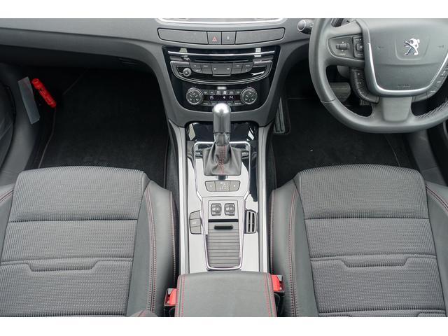フロントシートには電動アジャストとシートヒーターがついています。