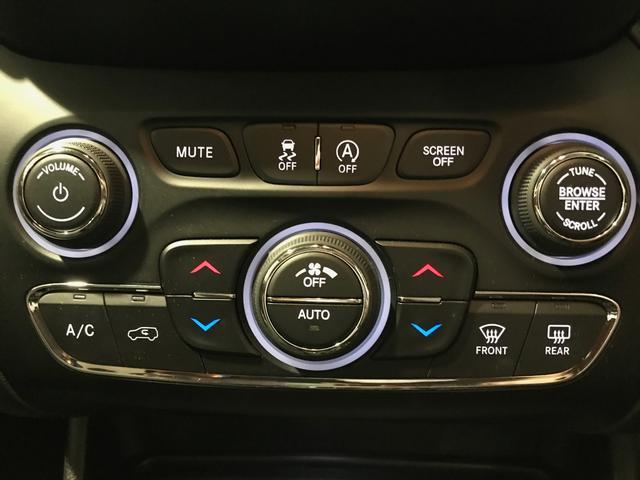 エアコンの操作などタッチパネル以外でも可能なため、誰にでも扱いやすくなっています。