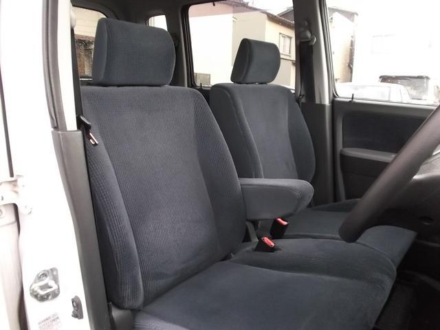 フロントシートはアームレスト付きのベンチシートですほし