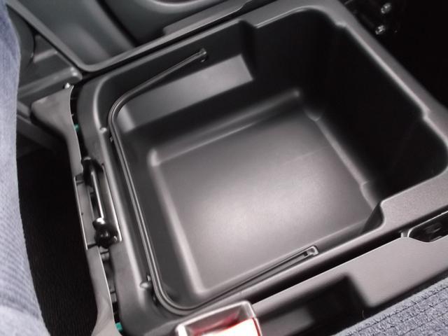 助手席下にも大きなシートアンダーボックスがあります☆