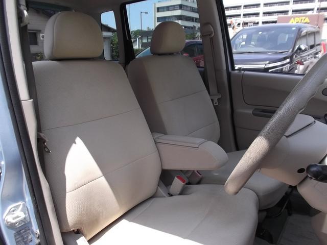 フロントシートはアームレスト付きのベンチシートです☆