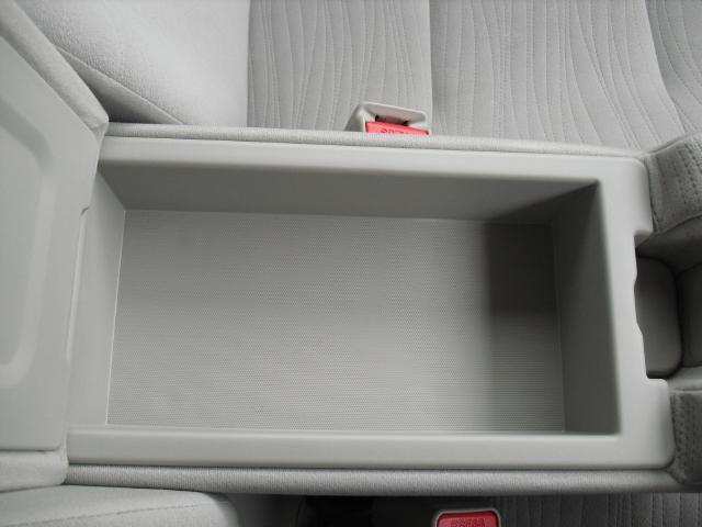 フロントアームレストの中にも収納スペースがあります。
