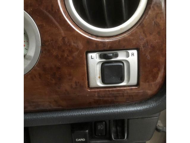 非常に残念ながら、ドアミラーの自動開閉機能は非搭載です。ミラー角度の調節は電動ですのでご安心ください。
