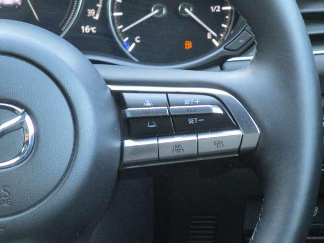 ステアリングの右側には、クルーズコントロール関係のスイッチが装備されております。長距離ドライブの疲労軽減にぜひ、役立ててくださいませ。