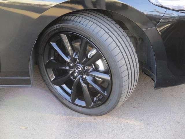 純正アルミホイールが装備されております。タイヤの目もたっぷりあります。
