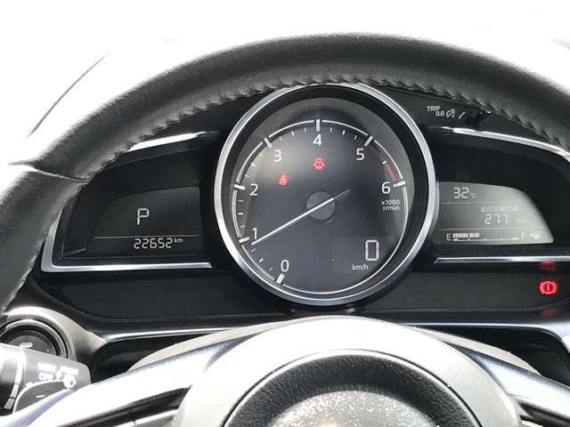 ☆中央の大型円形メーターと左右のウイング状のデジタルディスプレイからなる、新しいデザインを採用。メーターを真正面に置くことで、ドライバーはコクピットの中心軸を強く感じることができます。☆
