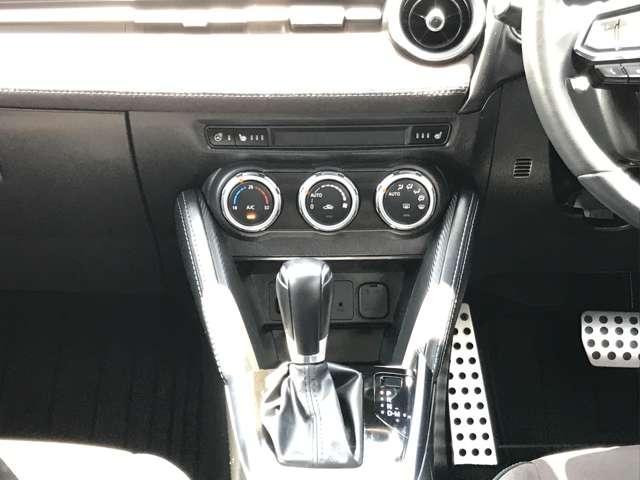 ☆オートエアコンを搭載しています。走行中に安全に温度の調整ができるようにダイヤル式を採用し、視線の移動を極力少なくすることで安全運転に貢献しています。☆