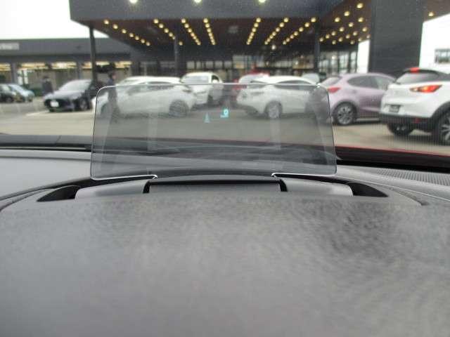 エンジンONでメーターフードの前方に立ち上がり 車速やナビゲーションのルート誘導など走行時に必要な情報を表示するアクティブ・ドライビング・ディスプレイ