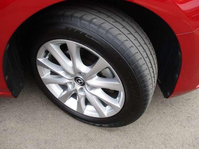 純正のアルミホイール、タイヤサイズは225/55R17です。