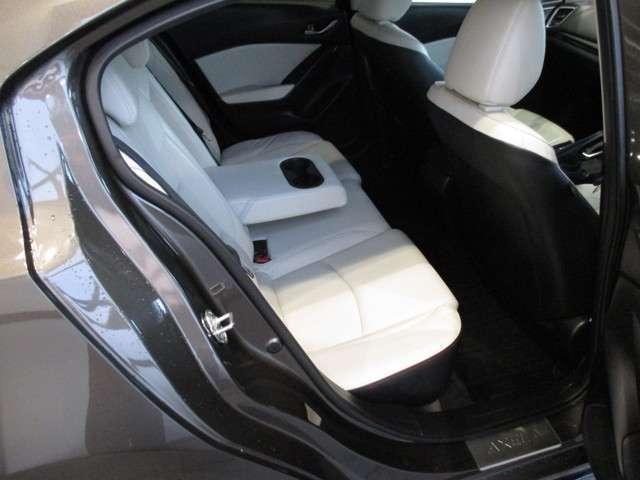 前席がくぼんでおりますので、後席の方も膝がぶつからず快適なドライブを楽しむことができます。