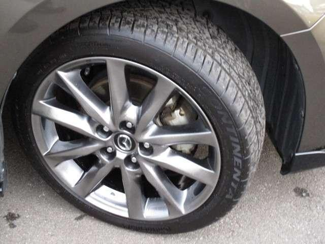 純正18インチの高輝度塗装アルミホイール装着車両です。タイヤの目もたっぷりあります。