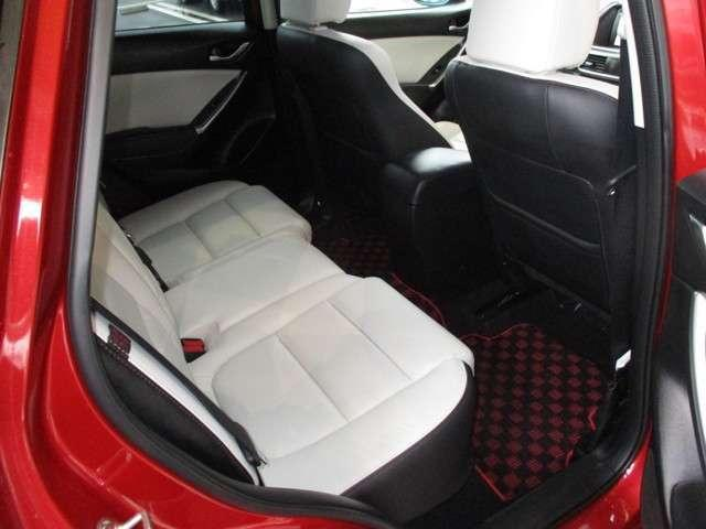 後席も広く、全員が快適にドライブを楽しむことができます。