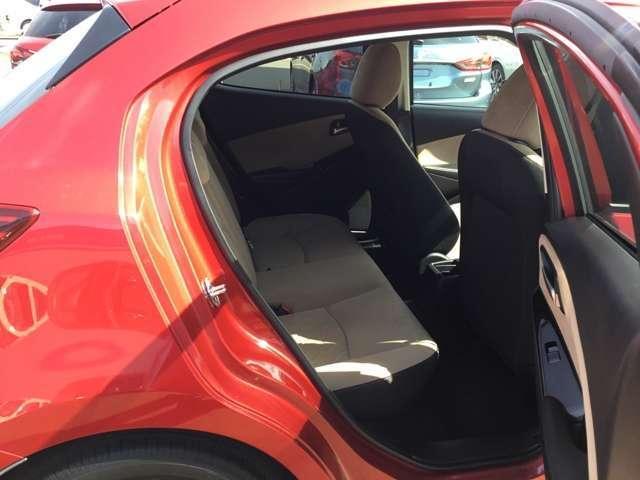 前席のシートバックがくぼんでいるので、後席の方も窮屈感を感じにくく、快適にドライブを楽しむことができます。