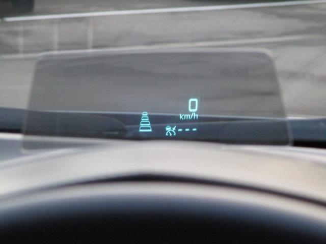 こちらの車両にはアクティブドライビングディスプレイが装備されております。安全装備の作動状況やナビの案内標識など、必要な情報が一目でわかりますので、わき見運転防止につながります。