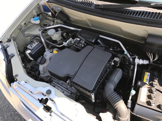キレイに保たれたエンジンルームです。車のコンディションチェックには外せない場所ですね。もちろん整備済み!