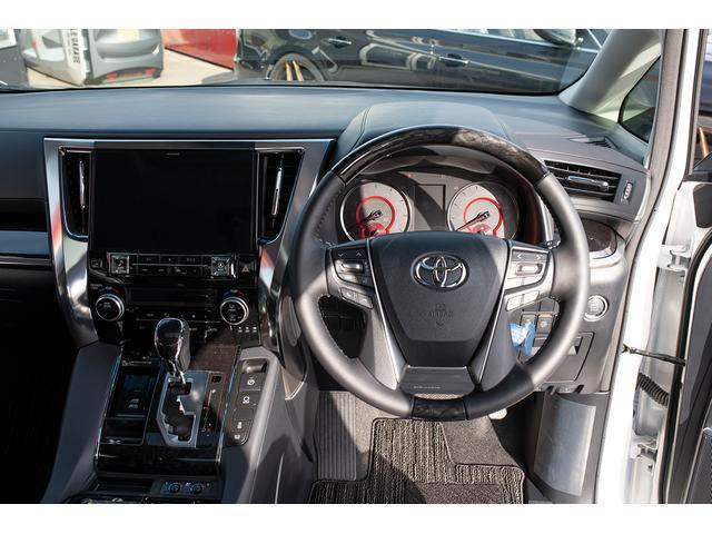 高級感あるインパネ、運転席周りとなっております!ステアリングも本革+メタルウッド飾装が施されています!