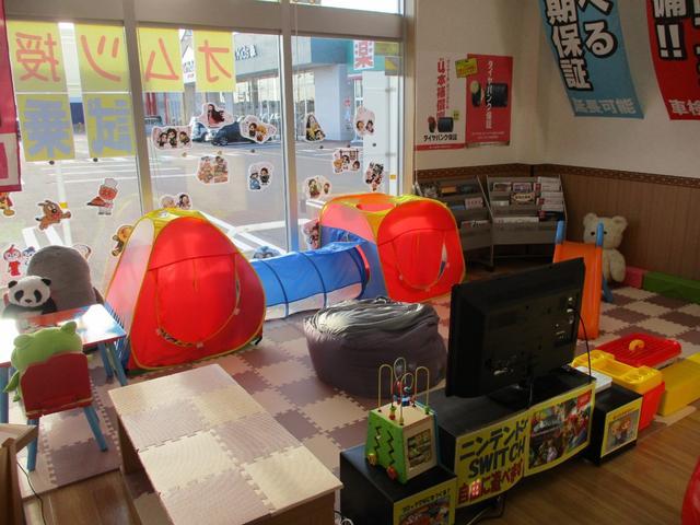大型のキッズスペースを店内に完備☆マリオカートやニンテンドーswitch、DVD鑑賞やお絵かきグッズも充実しております♪