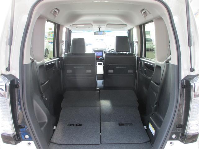 ワンアクションでシートが足元に収納され、低くフラットなフロアに。