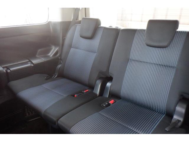 【後席シート】  使用感も少なく、足元も余裕があり窮屈間の少ない後席シートです♪長時間座っていても疲れにくいです♪