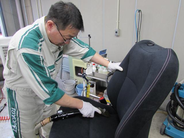 取り外したフロントシートは、1スチーム(蒸気)洗浄で熱を加え汚れを浮かせて除菌。 2専用洗剤塗布。 3ブラッシング。 4リンス洗浄&バキューム除去。 5タオルで拭き上げ・艶出し(樹脂部)