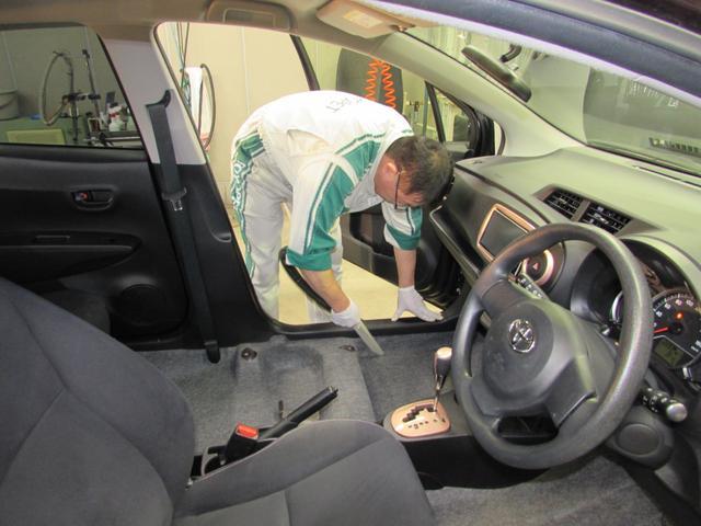 フロントシートを取り外し、くまなく「洗浄&消臭」。日頃、掃除出来ない細かい所まで掃除機掛け、スチーム洗浄、艶出し、消臭します。(注)電動シート・特定車種では、シートの取り外しを行いません。