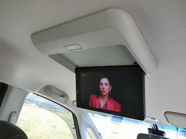 後席専用11インチモニター(¥106,972)付きで地デジやDVDをお楽しみ頂けます。