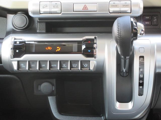 こちらの車両はオートエアコンを装備しております。簡単操作で車内温度が一定に保てるので、快適なドライブにはおすすめの装備です。