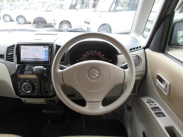 運転席周辺には操作系が集中して配置されてます。ドアにはパワーウィンドウと電動格納ミラーの操作部があります。