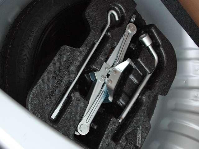 ラゲッジスペースの下にはスペアタイヤと工具が有ります。