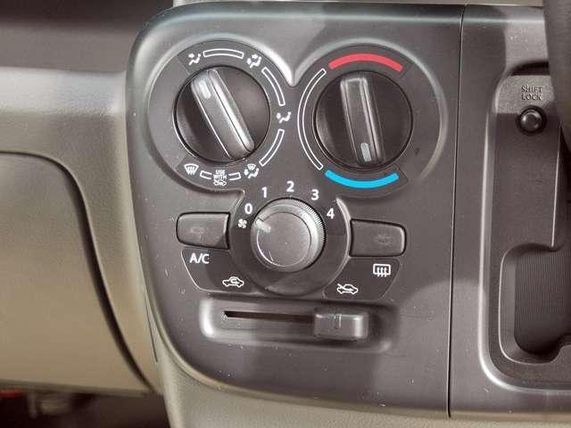シンプルなマニュアルエアコンが付いています。