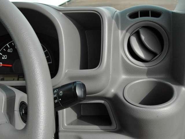 運転席、助手席にはカップホルダーも装備しています。