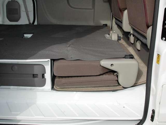 リヤシートは荷室面とフラットな状態で折りたたみが出来ますので荷物もたくさん積めます。