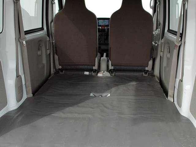 リヤシートを倒せば1955mmの荷室長が有ります。
