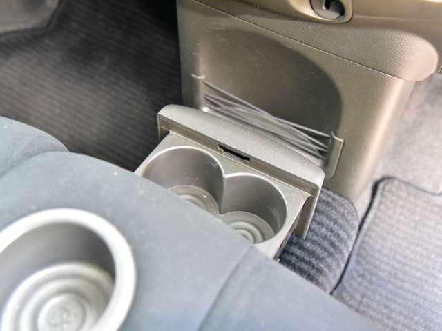 前席には収納式のカップホルダーも付いています。