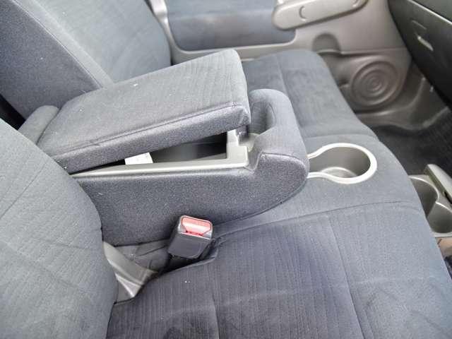 前席には収納機能の付いた大型の肘掛けが有ります。