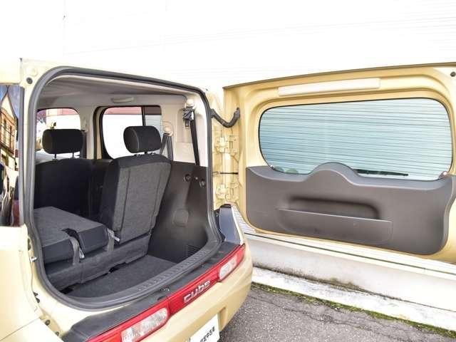「横開きバックドア」は狭い駐車場でも荷室に簡単にアクセス出来ます。