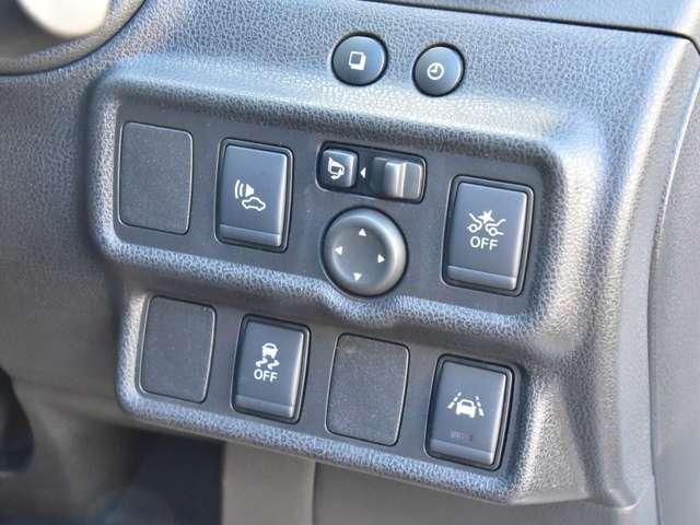 運転席右側にはエマージェンシーブレーキ、VDC、LDW(車線逸脱警報)等の操作スイッチが有ります。