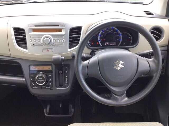 ハンドルに近い位置で運転席からも見やすく、操作しやすいインパネ周りになっております。