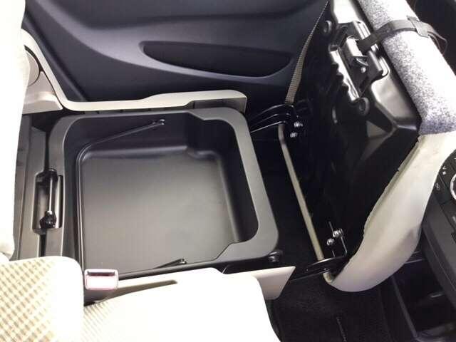 助手席の下にボックスがありますよ♪