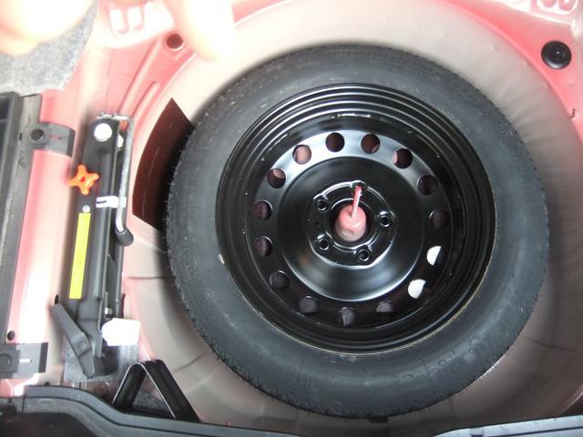 同じくトランク床下にはスペアタイヤ・ジャッキ・輪止めが装備されています。