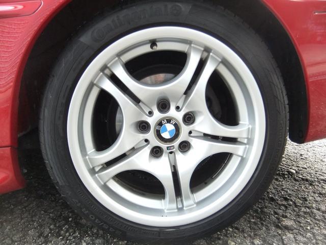 Mスポーツ純正ホイールです。タイヤサイズはフロント225/45/17、リア245/40/17、タイヤメーカーはコンチネンタル、スポーツコンタクト5です。