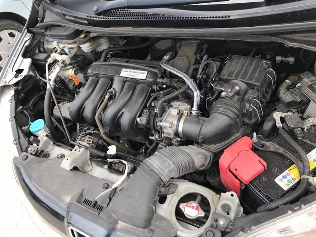 キレイに保たれたエンジンルームです。車のコンディションチェックには外せない場所ですね。