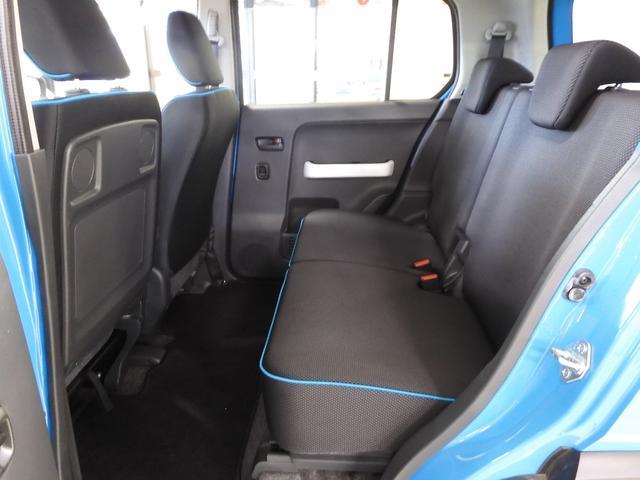 後部座席の足元の広さを十分に確保しているから、大人が4人乗ってもリラックス出来ます♪