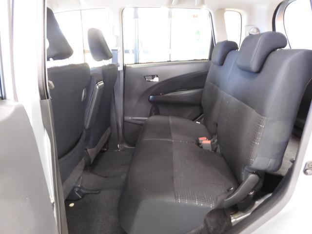 ムーヴカスタムの室内空間は大人4人でもゆったりとくつろぐことができます☆また、後席はひざまわりのスペースが広いので足を組んで座ることもできます♪窮屈感がなく開放的な空間になっています☆