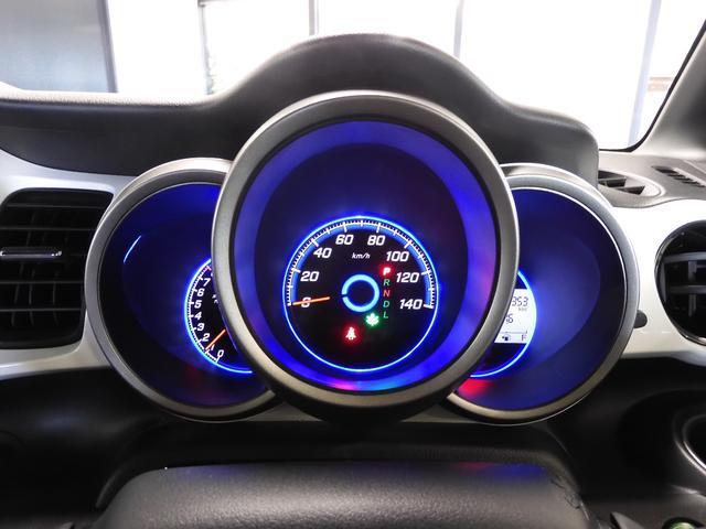 スクリーンの様な前方視界が良く見えます!メーターパネルも明るくて、見やすいです。助手席・運転席も収納スペースもあってとても便利ですね♪