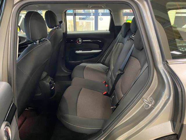大人5名がゆったりと、くつろげる贅沢な室内空間です☆フィットする快適なリヤシートでプライベートなひとときをご堪能いただけます♪移動時間を至福のひとときに高める、上質の乗り心地です。