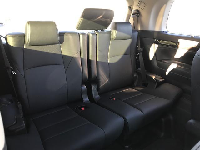 ゆったりと乗ることのできる3人掛けシート!跳ね上げることで、トランクスペースを広く確保することも出来ます☆